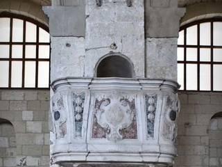il pulpito dopo il restauro:  in stile  di architetto marcello carzedda studio