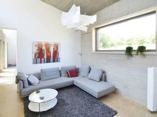 Haus KD: Wohnhauserweiterung mit Wellnessbereich  : moderne Wohnzimmer von KERSCH + HANSEN ARCHITEKTEN