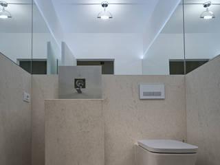 حمام تنفيذ STUDIO ARCHITETTURA MASSIMO NODARI,