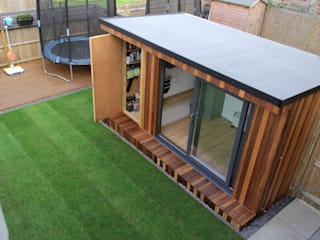 Garden Office with hidden storage shed built by Garden Fortress , Surrey 根據 Garden Fortress 現代風