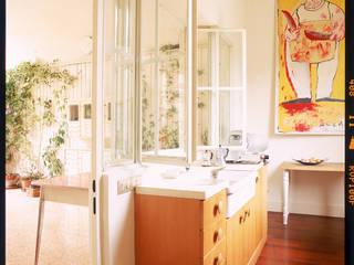 cucina ricavata in una parte della loggia:  in stile  di Studio Dopo