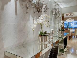 الممر والمدخل تنفيذ Designer de Interiores e Paisagista Iara Kílaris,