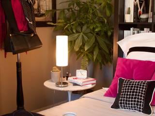Chambre graphique noir et blanc: Chambre de style  par La Valise Rouge