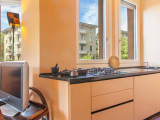 """little APARTMENT WITH A """"NEW DECO'"""" SOUL Cucina eclettica di Matteo Fieni Architetto Eclettico"""
