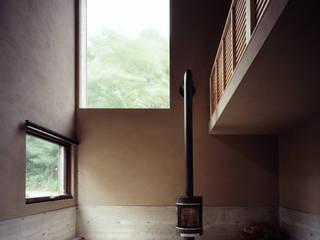 暖炉空間: 合同会社永田大建築設計事務所が手掛けた現代のです。,モダン 木 木目調