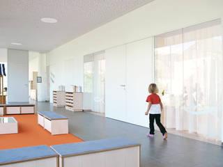 Kinderkrippe Haus im Ennstal:  Schulen von KREINERarchitektur