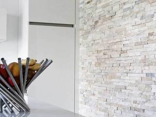 Accentwand in keuken met keukeneiland:  Keuken door Xcel Stones, Modern