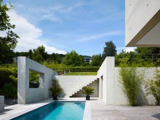 Terrasse mit Pool:  Terrasse von PaulBretz Architectes
