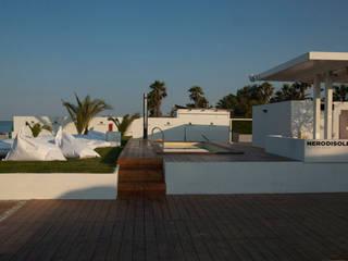 RESTYLING DELLO STABILIMENTO BALNEARE NERO DI SOLE: Piscina in stile  di Trepuntozero studio di Architettura e Design
