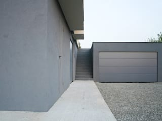 HDBV – housedouble quattro castella Garage/Rimessa in stile moderno di NAT OFFICE - christian gasparini architect Moderno