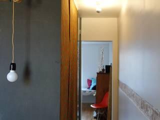 Rénovation d'un petit appartement Parisien Couloir, entrée, escaliers modernes par CRISS CROSSING Moderne