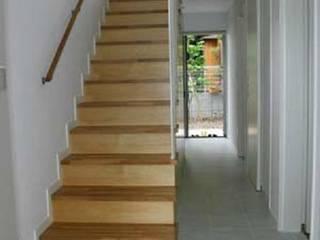 借景を取り込んだ家: 三浦尚人建築設計工房が手掛けた廊下 & 玄関です。,モダン