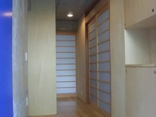 ギャラリーのある二世帯住宅: 三浦尚人建築設計工房が手掛けた廊下 & 玄関です。,モダン