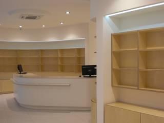 Farmacia Pioli - Francavilla d'Ete FM Negozi & Locali commerciali moderni di Studio di architettura arch. Alberto Catraro Moderno