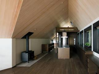 葉山の別荘: 井上洋介建築研究所が手掛けたダイニングです。