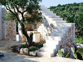 Casa per vacanze in Puglia Balcone, Veranda & Terrazza in stile mediterraneo di PAOLA REBELLATO ARCHITETTO Mediterraneo