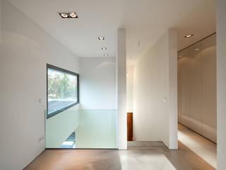 Bauhaus in Blankenese:  Flur & Diele von HGK Hamburger Grundstückskontor GmbH