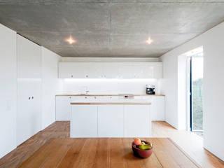 Kochen, Essen + Wohnen in einem Raum... Minimalistische Küchen von f m b architekten - Norman Binder & Andreas-Thomas Mayer Minimalistisch