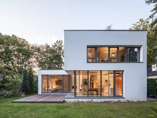 Bauhaus in Blankenese: moderne Häuser von HGK Hamburger Grundstückskontor GmbH