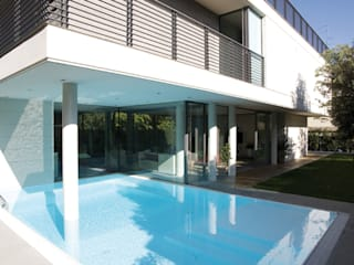 HSBC – housescape reggio emilia: Piscina in stile in stile Moderno di NAT OFFICE - christian gasparini architect