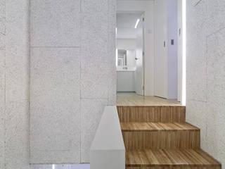 Pasillos, vestíbulos y escaleras de estilo moderno de Castroferro Arquitectos Moderno