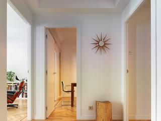 Moderner Flur, Diele & Treppenhaus von Castroferro Arquitectos Modern