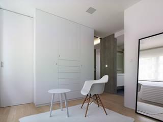 Piso Viroc Vestidores de estilo moderno de Castroferro Arquitectos Moderno