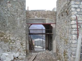 Ingresso al castello  - vista dall'interno:  in stile  di Studio Mandia
