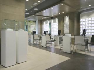 Zona de ventas: Espacios comerciales de estilo  de Crespi Interiorisme