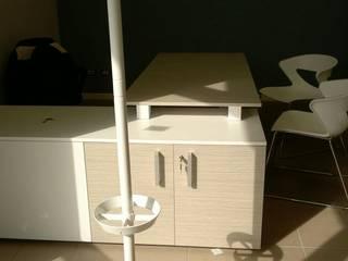 REALIZZAZIONE PARETE VETRATA E ARREDAMENTO UFFICIO: Complessi per uffici in stile  di ZETAOFFICE