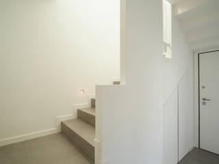 vano scala - ingresso: Ingresso & Corridoio in stile  di andrea lazzaro architetto