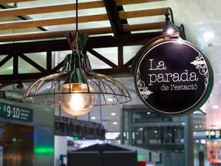 Detalle de lámparas y rotulo de Carlos Martinez Interiors Industrial