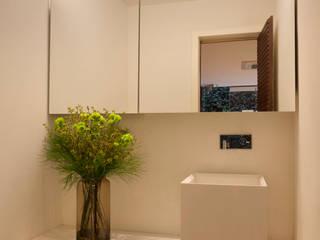 Baños de estilo  por Gisele Taranto Arquitetura