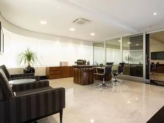 Projeto Comercial Escritório de Advocacia : Escritórios  por STUDIO CAMILA VALENTINI