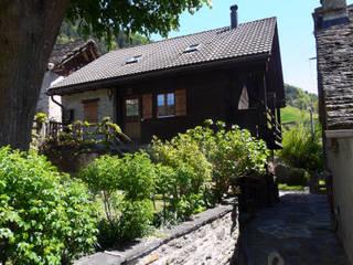 Fronte sul giardino: Case in stile in stile Rustico di Interni d' Architettura