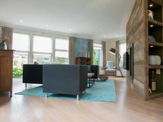 Overzicht van de schuine oplossing in de woonkamer:  Woonkamer door Hemels Wonen interieuradvies en ontwerp
