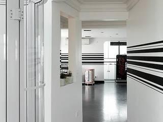 STUDIO CAMILA VALENTINI 現代風玄關、走廊與階梯