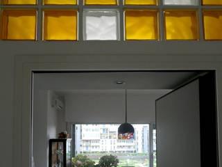 Ristrutturazione e divisione in due unità abitative Ingresso, Corridoio & Scale in stile moderno di Interni d' Architettura Moderno