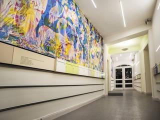 Eingangsbereich Vorderhaus mit Briefkasten:  Flur & Diele von Irina Ilieva,  Dipl.-Ing. Architekt
