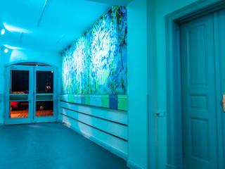 Eingangsbereich Vorderhaus mit Briefkasten / RGB Beleuchtung:  Flur & Diele von Irina Ilieva,  Dipl.-Ing. Architekt