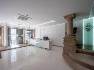 Pasillos, vestíbulos y escaleras modernos de Risco Singular - Arquitectura Lda Moderno