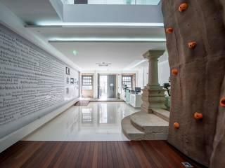 Risco Singular - Arquitectura Lda Modern corridor, hallway & stairs