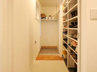 シューズクローク(家族用の玄関) モダンな 窓&ドア の 吉田設計+アトリエアジュール モダン