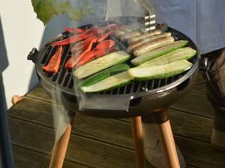 YRON - er BBQ Grill für deinen Garten, Balkon oder deine Terrasse. Auch als Feuerschale nutzbar. Gusseisen und Eichenholz.:   von fp.formgebung