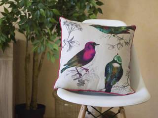 Le coussin Les Joyeux Lurons, sur une chaise Eames :  de style  par Bloup Coussins