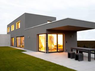 EFH Busswil Moderner Balkon, Veranda & Terrasse von skizzenROLLE Modern