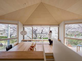 隅切りの家: 株式会社リオタデザインが手掛けたリビングです。