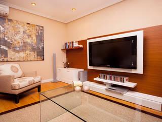 Clásico, el estilo que revaloriza.: Salones de estilo moderno de Apersonal