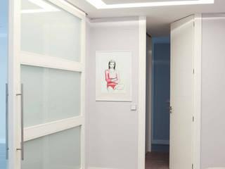 Pasillos y recibidores de estilo  por Interiorismo Paloma Angulo,