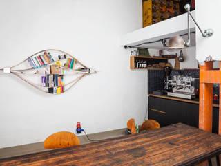 Chuck - flexibles Wandregal: moderne Wohnzimmer von Neuvonfrisch